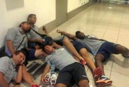 Su Twitter circola questa foto dei calciatori del Real Garcilaso che dormono sul pavimento dell'aeroporto di Sao Paulo (dove sono rimasti in attesa 11 ore).